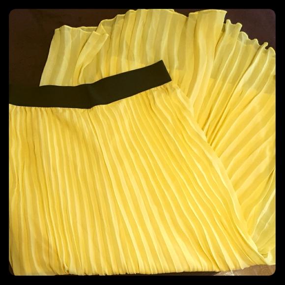 Cupio Dresses & Skirts - Yellow pleated maxi dress